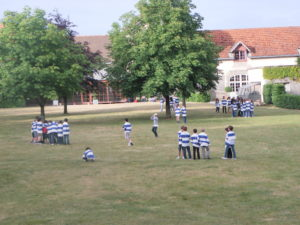 Jeux de groupe dans le parc des dépendances du Château